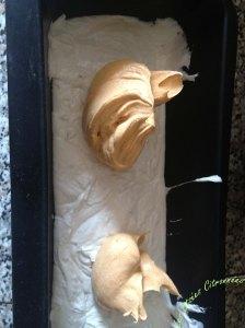 9/ Mettre en moule de votre choix (individuels ou non), pensez à bien taper après chaque ajout de pâte pour éviter les trous car la pâte contient beaucoup d'air.