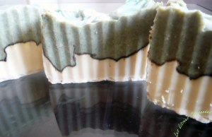 Une fois votre savon solidifié, démoulez puis tranchez et observez la jolie courbe colorée qui donnera un style unique à chaque savon !